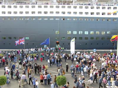 Passagiere des Kreuzfahrtschiffes im Hafen von Las Palmas de Gran Canaria
