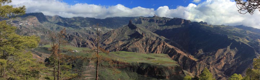 Caldera von Tejeda vom Wanderweg zum Altavista aus gesehen mit Roque Bentaiga und Roque Nublo.