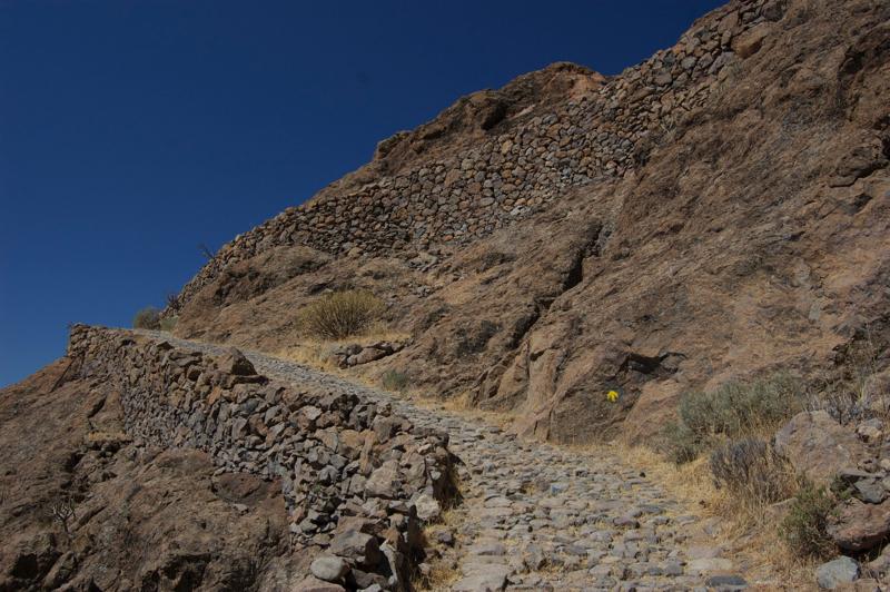 Schön mit Steinen befestigter Wanderweg, Camino de la Plata, Gran Canaria