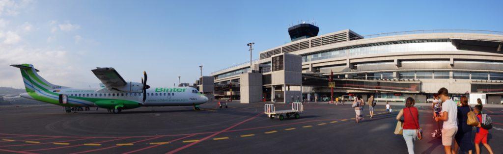 Flughafen von La Palma, Flugzeug auf dem Rollfeld vor dem Flughafen