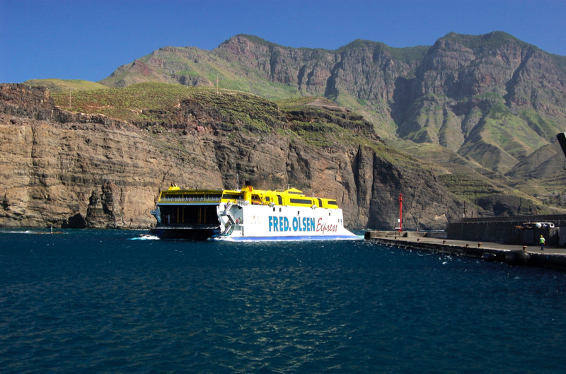 Katamaran von Fred Olsen im Hafen von Agaete, Puerto de las Nieves