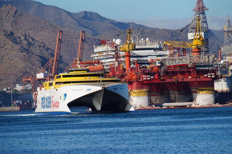 Katamaran Fred Olsen im Hafen von Santa Cruz, Teneriffa.