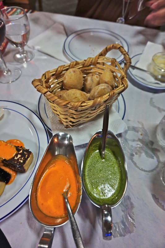 Kanarische Kartoffeln mit grüner und roter Mojo Sauce