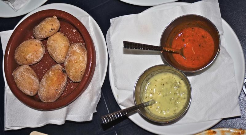 Kanarische Kartoffenl mit grüner und roter Mojo Sauce