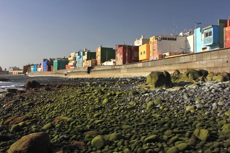 Promenade und bunte Häuser am Strand von San Cristobal, Gran Canaria