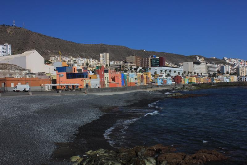 Kiesstrand und bunte Häuser von San Cristobal, Las Palmas, Gran Canaria