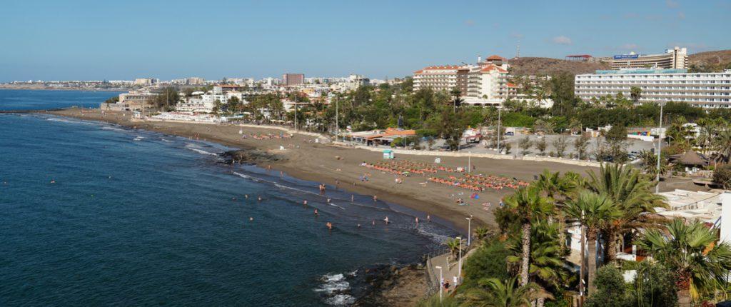 Strand von San Agustin mit den Hotels im Hintergrund