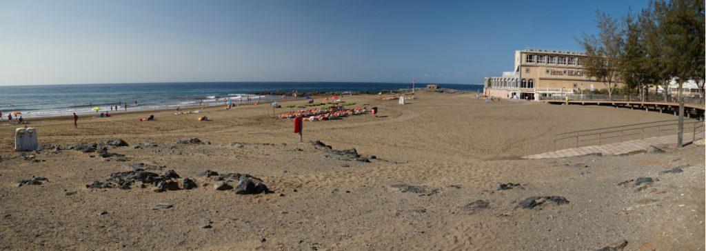 Westlicher Teil vom Strand von San Agustin mit dem Hotel San Agustin Beach Club im Hintergrund.