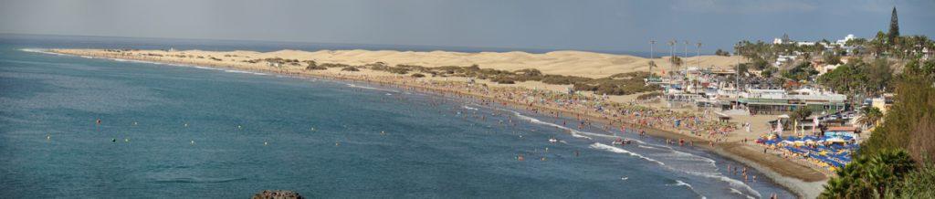 Strand von Playa del Ingles und die Dünen von Maspalomas im Hintergrund.