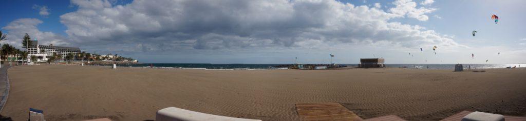 Sandstrand von Las Burras mit Kitesurfern im Hntergrund, Gran Canaria.