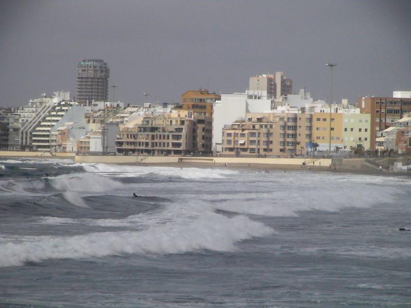 Gran Canaria, Strand von Las Canteras in Las Palmas mit hohen Wellen.