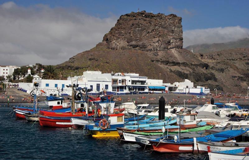 Bunte Fischerboote im Hafen von Agaete, Puerto de las Nieves.
