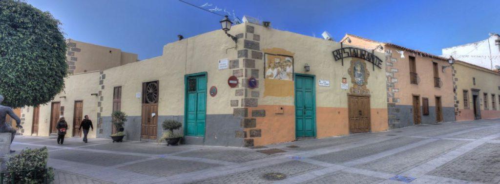 Bunte alte Häuser im Zentrum von Aguimes