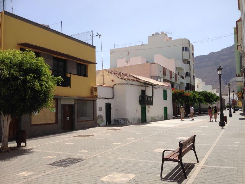 Fussgängerzone von La Aldea de San Nicolas mit einem der ältesten Häuser.