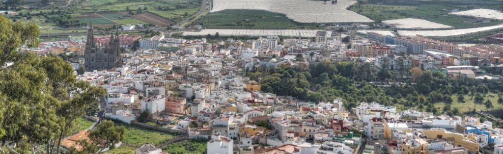 Blick vom Berg von Arucas auf die Stadt und Kirche von Arucas