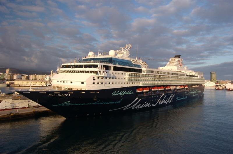 Kreuzfahrtschiff im Hafen, Kanaren