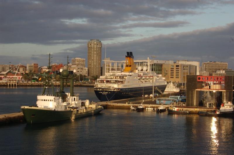Hafen von Las Palmas mit Kreuzfahrtschiff