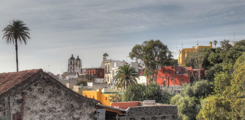 Alter Ortsteil von Ingenio mit bunten Häusern und der Kirche. Gran Canaria