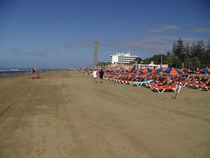 Strand von Maspalomas mit Leuchtturm in Hintergrund