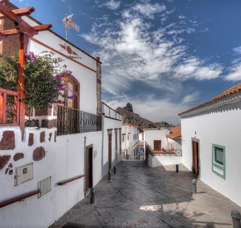 Malerische Gasse in Tejeda mit Roque Bentaiga im Hintergrund, Gran Canaria